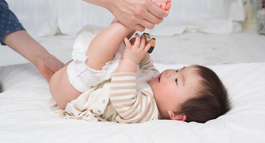 Em bé Châu Á đang thay tả