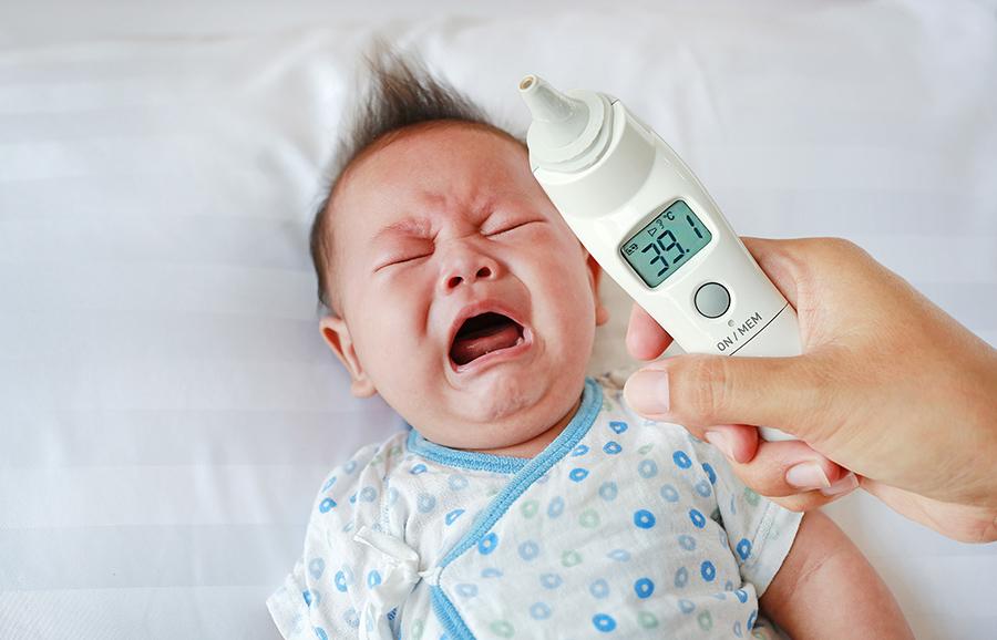 Sốt cao là dấu hiệu của nhiễm khuẩn đường ruột ở trẻ sơ sinh