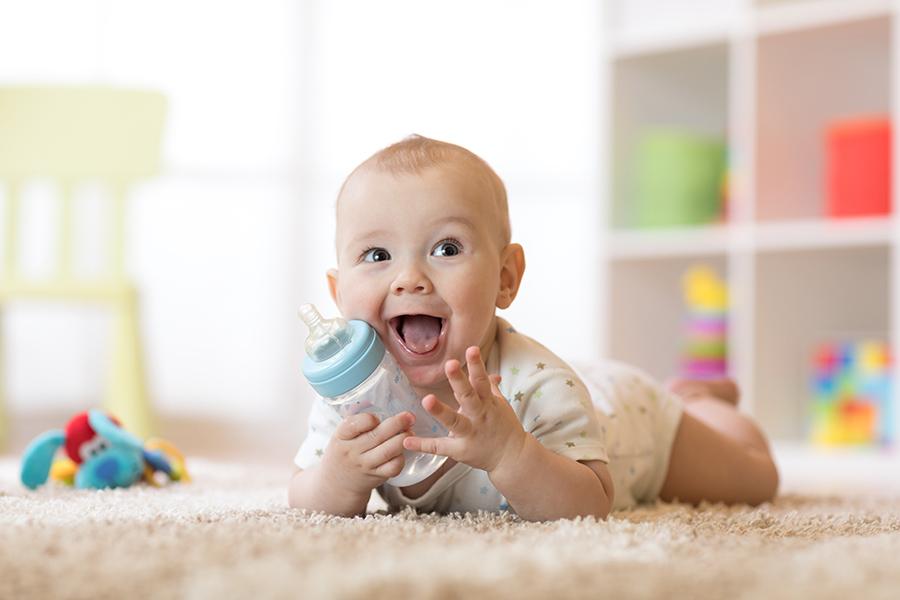 Bổ sung lactoferrin cho trẻ qua nguồn sữa mẹ và sữa bò