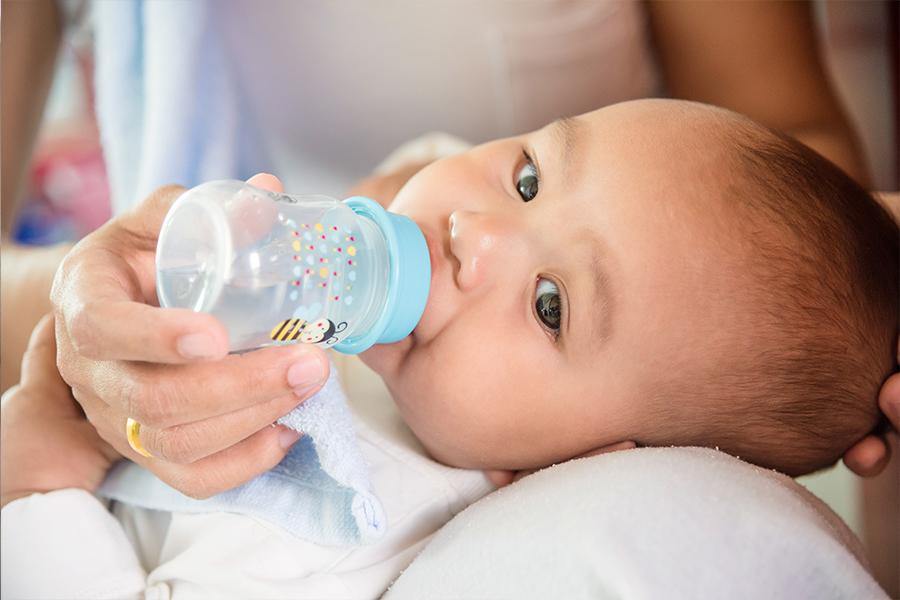 Cho trẻ tập uống nước khi đủ 6 tháng tuổi trở lên