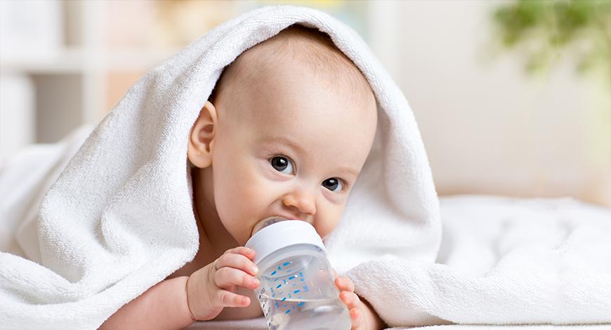 Có nên cho trẻ sơ sinh uống nước không