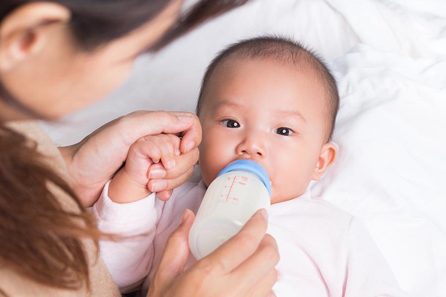 Mẹ hãy vệ sinh bình sữa và núm ti trước và sau khi pha sữa cho bé
