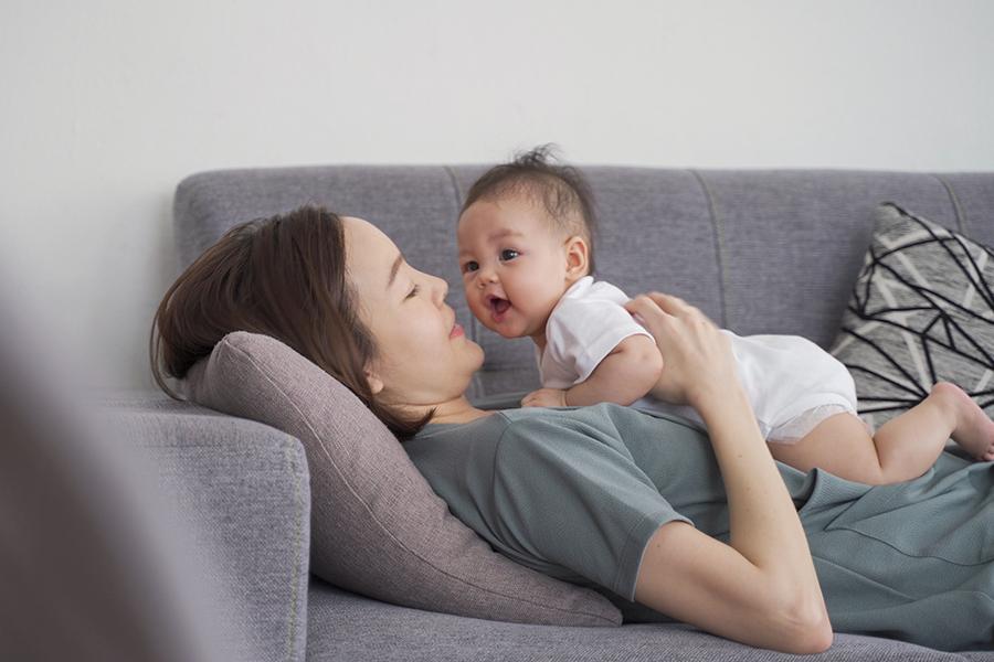 Gần gũi, kết nối yêu thương với trẻ thường xuyên