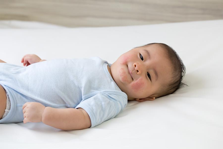 Vi khuẩn, vi-rút có thể đi qua miệng, mũi và mắt hoặc sống trên bề mặt da của trẻ