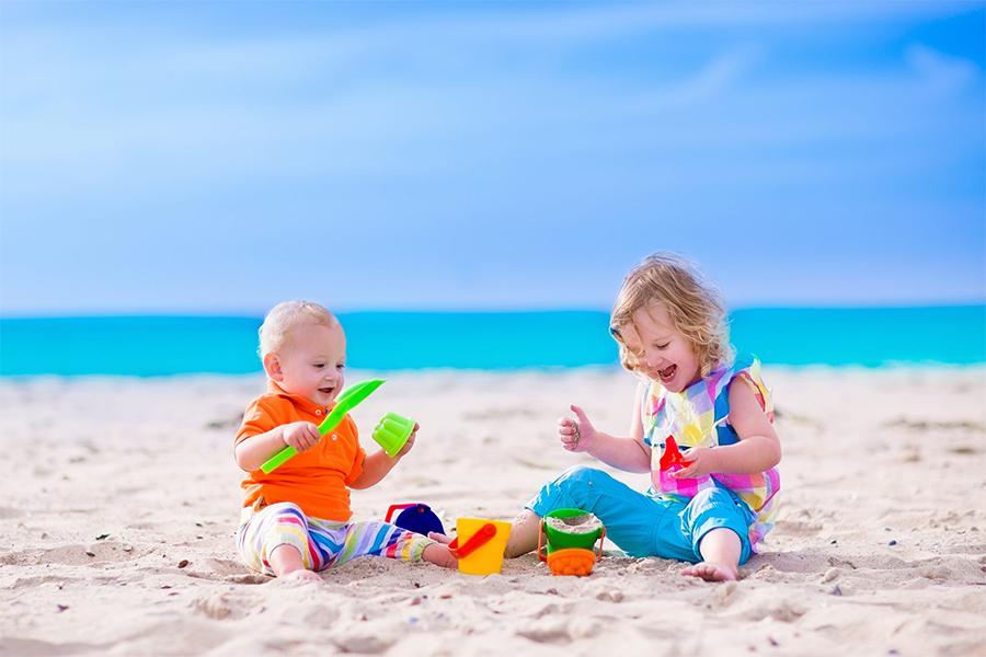 Bé thỏa thích nghịch bùn cát giúp phát triển sự sáng tạo và cảm xúc