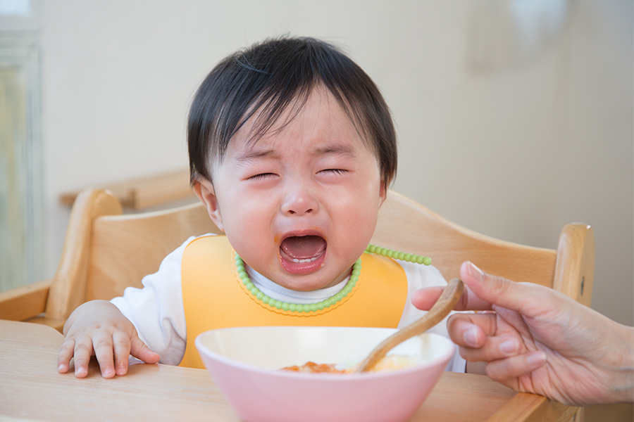 Trẻ biếng ăn thường quấy khóc khi ăn dặm