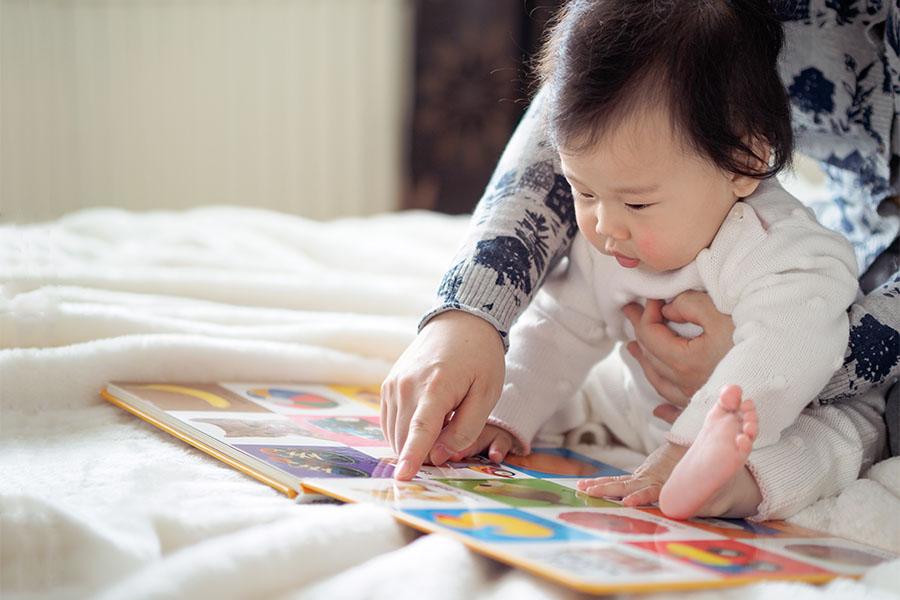 Đọc sách cùng bé để làm quen với các biểu hiện cảm xúc khác nhau