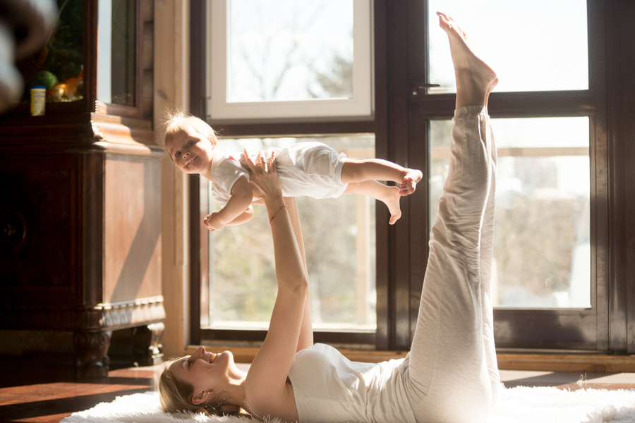 Tư thế Legs Up kết hợp với trò chơi máy bay cho mẹ và bé giảm mỏi và căng thẳng