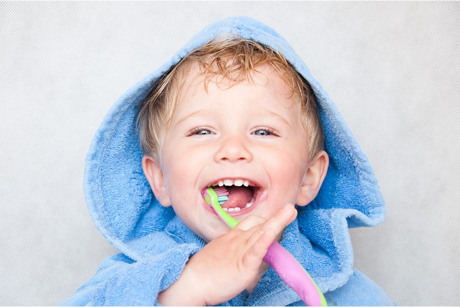 Tập cho trẻ thói quen đánh răng thật sạch ít nhất 2 lần mỗi ngày
